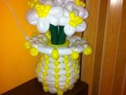 Vase mit Blumen aus Luftballons