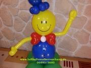 Smile-Junge aus Luftballons