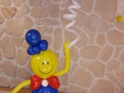 Smile-Junge aus Luftballons mit 3 Heliumluftballons