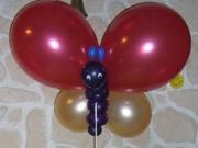 Geldverpackungen in Luftballons und Schmetterlingdekoration