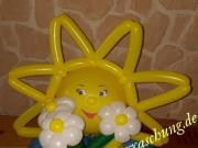 Fröhliche Sonne mit Blumenstrauß