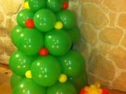Tannenbaum mit Geschenke aus Luftballons